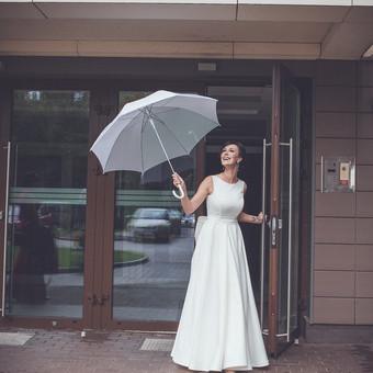 Nuostabi, besitransformuojanti suknelė. Elegantiška - oficialiai šventės daliai. Plazdanti romantiškose nuotraukose. Valiūkiška vakaro šokiuose ir gundanti .......