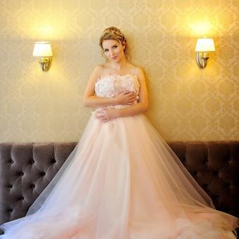 """Ypatinga švelniai rožinės spalvos vestuvinė suknelė. Gorsetas puoštas prabangaus 3D nėrinio aplikacijomis. Aplikacijos siuvinetos """"Swarovski"""" akmenukais. Sijonas su šleifu,5 sluoksniu tiulio."""