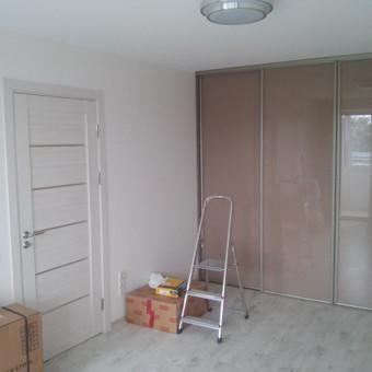 Vieno kambario butas. Irengtos naujos grindys pakeičiant lages. Naujai sutvarkyta elektros instaliacija. Atlikti glaistymo ir dažimo darbai. naujos kambario durys.