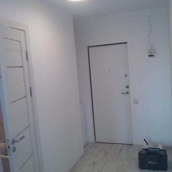 Išgriautos senos vonios kambario pertvaros, pakeistos grindys, sudėta garso izoliacija, pastatytos naujos pertvaros, irengta nauja elektros intaliacija, nauja ventiliacijos sistemą. Naujos durys.