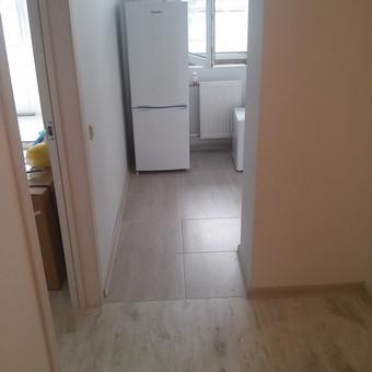 Virtuve. Naujos grindys. Suklijuotos plyteles. nauja elektros instaliacija. Pakeisti virtuves ir kambario radiatoriai.