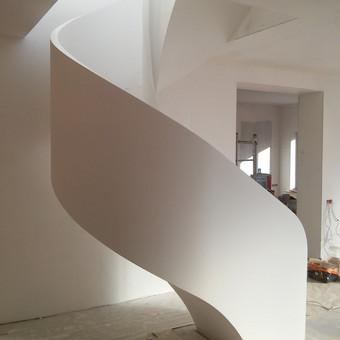 Gelžbetonine laiptu konstrukcija. Atlikti tinkavimo ir glaistymo darbai. Nudažita baltai.
