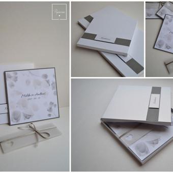 Kvietimas į vestuves dėžutėje. Trys dalys -  teksto kortelė, stilizuotas kaspinėlis-mova ir dėžutė. Dydis - 140 x 140. Kokybiška spauda + rankų darbas.