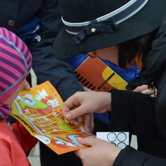 """Originali ekskursija po Klaipėdos senamiestį - """"Bitės lobis"""": su gidės sudarytu žemėlapiu, šaradomis ir dovanėlėmis vaikams nuo 6 iki 12 m."""