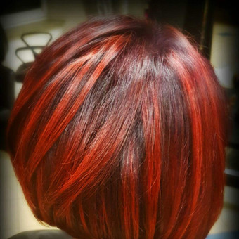 Dažymas pagyvintas raudonomis sruogomis.