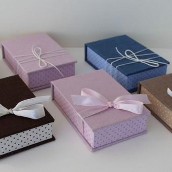 stačiakampės 8x12cm usb dėžutės. dedasi usb ir vizitinė arba palinkėjimo kortelė.