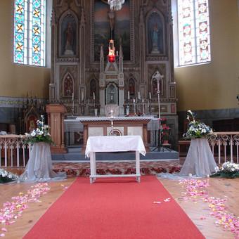 Bažnyčių puošimas gyvomis gėlėmis, pritaikant jas interjere pagal spalvą , formą ir kainą.