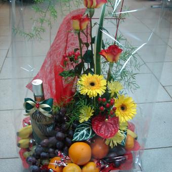komponuojame gėles su vaisiais, saldumynais.