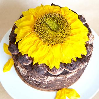 Namų sąlygomis be dažiklių ir konservantų pagamintas tortas. Priimame individualius užsakymus, atvažiuojame į vietą su savo indais, dekoruojame saldų stalą, jeigu reikia ir visą šventę.