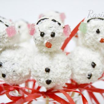Namų sąlygomis be dažiklių ir konservantų pagaminti kalėdiniai cake-pops. Priimame individualius užsakymus, atvažiuojame į vietą su savo indais, dekoruojame saldų stalą, jeigu reikia ir v ...