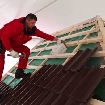 Čerpių stogo įrengimas, čerpių klojimas ir tvirtinimas
