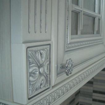 fasadai itališki medinai, uosis, dažytas baltai, patinuotas sidabru, dekoruotas. Visa kita gaminame Lietuvoje