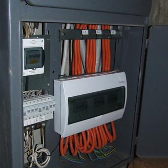Įvadinė daugiabučio namo elektros apskaitos / paskirstymo spinta (po atnaujinimo).