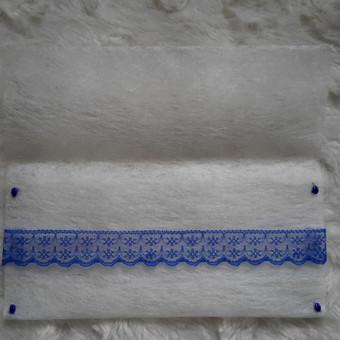 Balti rankų darbo vokai su mėlyna juostele.