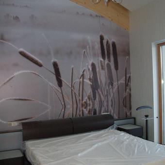 Skaitmeninė  spauda ant tapetinės medžiagos, užklijuota ant sienos.