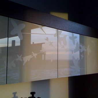 Pjaustyta PVC plėvelė, paklijuota ant stiklo.
