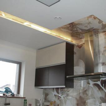 Skaitmeninė spauda ant PVC plėvelės, paklijuota ant stiklo nugarinės pusės, sumontuota.