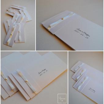 Kvietimas. Dvi dalys - kvietimo pagrindas su tekstu (blizgus popierius) ir stilizuotas kaspinėlis (mova).  Dydis - 90 x 200.