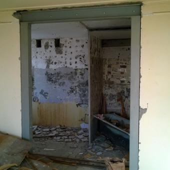 Angos pertvaroje pjovimas, metalinės konstrukcijos statymas blokiniame name.