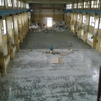 Gamybinio pastato grindų įrengimas.