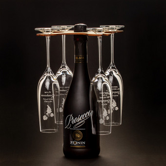 Merginš vakarėliui skirtas graviruotų šmaikščiais tekstais šampano taurių rinkinys su stoveliu.