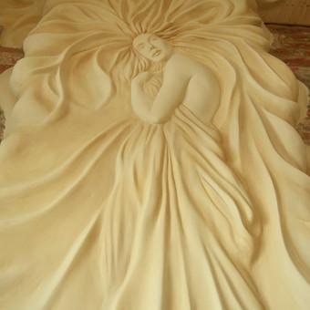 Sienos dekoravimas erdvioje sodybos salėje. Idėja: sukurti paslaptingą, mistišką deivę - Afroditę. Dekoruojamo paviršiaus aukštis 3,5m., reljefo storis siekia iki 15-20cm. Darbo trukmė 20 d ...