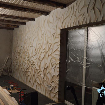 Rankų darbo trimatis sienos dekoravimas. Pasirinkti lapų motyvai, abstrakcija. Aerografu nupurškiami rusvi atspalviai. Dekoravimo plotas apie 12kv.m. Darbo trukmė 10 dienų