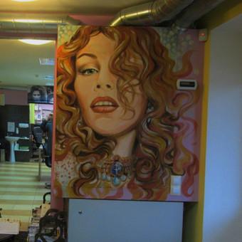 Grožio salono mano kurto interjero dekoratyvinis-reklaminis akcentas,atliktas pritaikant prie aplinkos.