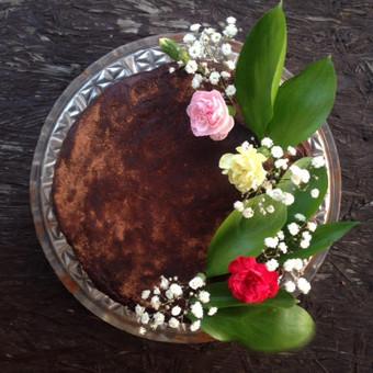 Šokoladinis tortas, puoštas gėlėmis