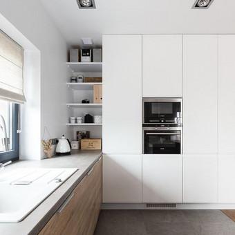 virtuvė prie lango, apatinė spintelė po lentynomis - kampinė