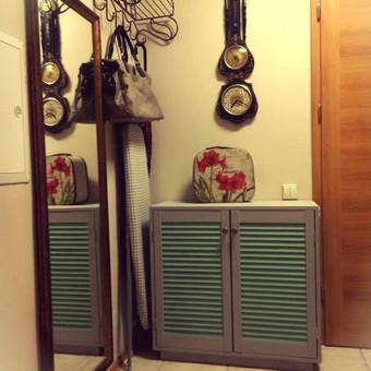 Spintelės, kurios yra reikalingos kiekvienuose namuose. Būtent ši esanti nuotraukoje spitelė pagaminta su žaliuzinėmis durelėmis. Argi ne subtiliai atrodo? :)