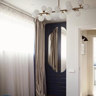 Rūbų spintos durys dekoruotos veidrodžiais.