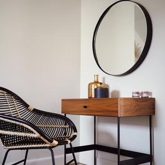 Kosmetinis staliukas pagamintas iš natūralaus riešuto lukšto.