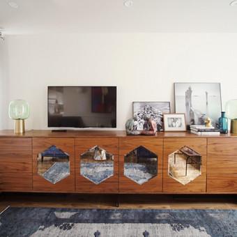 Art Deco stiliaus komoda su sendintais veidrodžiais pagaminta b9tent šiems namams.