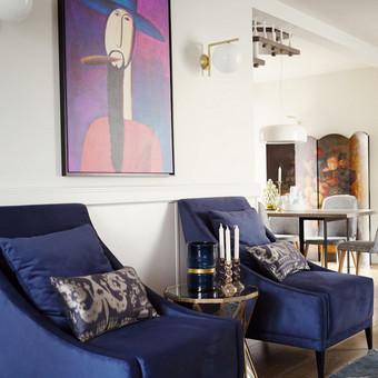 Spalvingas modernios klasikos interjeras ir pilna namo rekonstrukcija iš esmės pakeitė namo išvaizdą.