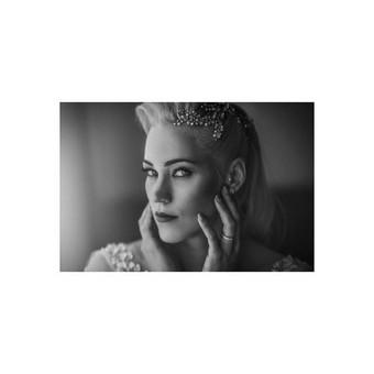 Ingrida dabinosi Akcento plaukų aksesuaru. Nuotr.: AA Studio