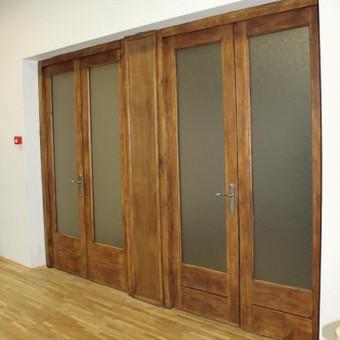 Mokyklos aktų salės durys po restauracijos.