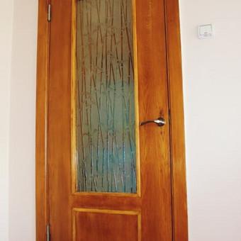 Atnaujintos vidaus durys: pakeisti stiklai bei jų išdėstymas, atnaujinta faneruotė, sumontuota kokybiška furnitūra.