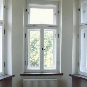 Restauruoti tarpukariu statytų apartamentų langai.