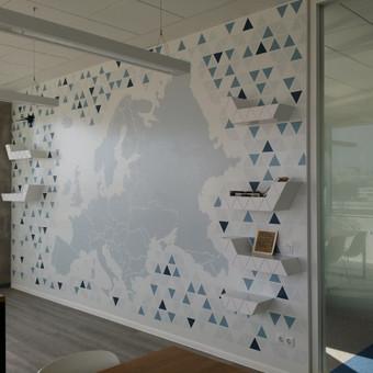 Viena iš 3 sienų ofiso poilsio kambaryje.