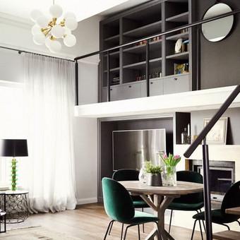 Svetainės erdvė su antresole interjeras - moderni klasika