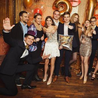 Renginių vedėjas Justinas Daugėla kartu su pravesto gimtadienio svečiais