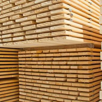 Prekiaujame įvairia statybine mediena ir jos gaminiais. Statybinė mediena pjaunama iš spygliuočių (pušis/eglė), ji yra dvigubo pjovimo, išlaikanti  būtiną lentos geometriją.