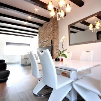 Šilainiuose, nuosavų namų kvartale parduodamas 2012m. 4 kambarių namas su garažu. Namas, įrengtas kokybiškai bei skoningai. Patogiai atskirtos bendros ir privačios erdvės, įrengta skalbyklo ...