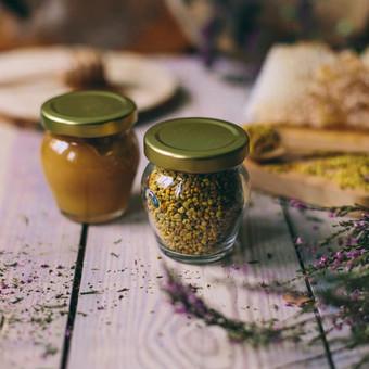 Mini medus ir žiedadulkės puodynėlėje. Svoris: 150 g | 106 ml. Kaina nuo 2,2 Eur