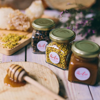 Medus, žiedadulkės ir bičių duona kvadratiniame stiklainyje. Svoris: 170 g | 120 ml. Kaina nuo 2,4 Eur