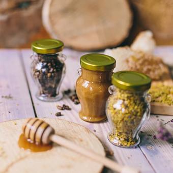 Medus, žiedadulkės ir bičių duona stiklinėje amforoje. Svoris: 150 g | 106 ml. Kaina nuo 2,2 Eur