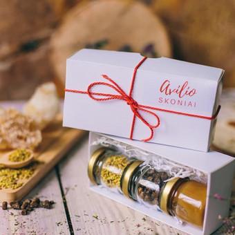 """Degustacinis sertifikuotų bičių produktų rinkinys """"Avilio skoniai"""" dovanų dėžutėje. Sudėtis ir svoris: 50 g arba 35 ml medaus; 30 g arba 35 ml žiedadulkių ir 30 g arba 35 ml bičių duonos ..."""