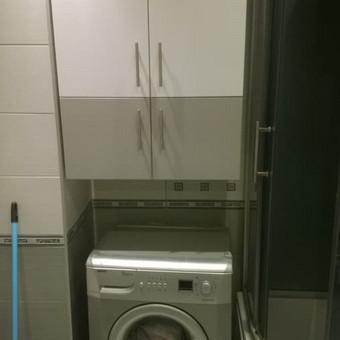 Vonios spinta gaminta iš dažytos MDF plokštės.