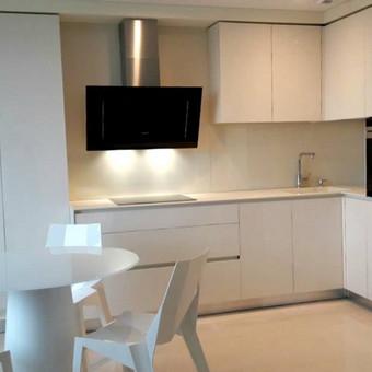 Virtuvės baldai  blizgios LMDP plokstės fasadai, corian'o stalviršis